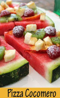 La pizza di frutta è un modo simpatico e originale di servire la frutta a fine pasto, al posto della solita macedonia.