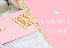The Happiness Planner– kalenteri sai alkunsa, kun kalenterin suunnittelija Mo halusi luoda tuotteen, joka inspiroisi ihmisiäkeskittymään siihen mikä tekee juuri heidät onnelliseksi. Onnellisuus ta…