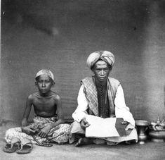 Tropenmuseum of the Royal Tropical Institute Koran teacher and his pupil Minangkabau, Indonesian Art, East Indies, 14th Century, Tribal Art, World History, Vintage Pictures, Islamic Art, Jakarta