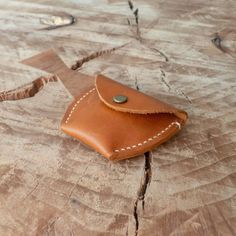 Monedero a la chilena • #cuero #leather #leatherworking #leatherwork #leatherworker  #craft #craftmanship #handmade #hechamano #hechoenchile #conce #artesania #arte #diseño #design #stitch #stitching #handstitched #handstitchedleather Card Case, Sunglasses Case, Wallet, Cards, Instagram, Bicycle Kick, Coin Purse, Leather, Pocket Wallet