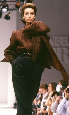 Fondazione Gianfranco Ferré / Collections / Woman / Prêt-à-Porter / 1989 / Fall / Winter 90s Fashion, Couture Fashion, Retro Fashion, Runway Fashion, Fashion Brands, High Fashion, Fashion Show, Vintage Fashion, Fashion Looks