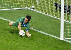 Junio 24 de 2012 - El arquero italiano Gianluigi Buffon ataja un penalti en la conclusión del partido Inglaterra - Italia de los cuartos de final de la Eurocopa. Italia se enfrentará en semifinal con Alemania. (AFP/VANGUARDIA LIBERAL)