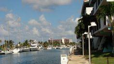 Situado apenas a 20 minutos del centro de la ciudad de La Habana, en la comunidad turística de la Marina Hemingway, donde usted tendrá en su disposición un complejo con tiendas, restaurantes, bares, supermercado, centro nocturno, oficina de correos, muelles para yates, centro internacional de buceo y hoteles, entre otros este que hará de su visita una experiencia inolvidable. #hotel #habana #cuba
