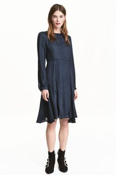 Jacquard-weave dress: Knee-length dress in a jacquard weave with a slight sheen. Concealed button placket, a seam at the waist and flared skirt with decorative trims. Long sleeves with narrow buttoned cuffs. Unlined.