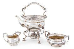 Teekern. Teekanne mit Stövchen, Zuckerschale und Sahnegießer. Runde gedrückte Form, im unteren D — Silber