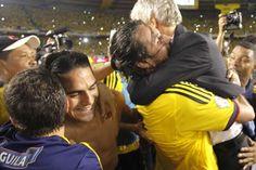 COMO HÉROES, ¡AL MUNDIAL! CON OCHO TRIUNFOS, LA SELECCIÓN #COLOMBIA REGRESA A UN #MUNDIALBRASIL2014. Yepes en fuerte abrazo con Pekerman Hugs, Timeline Photos, Couple Photos, Couples, Colombia, The Selection, Strong, Life, Big Hugs