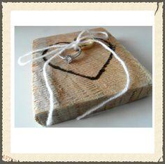 'Ringenkussen' van hout bij www.versieringbruiloft.com