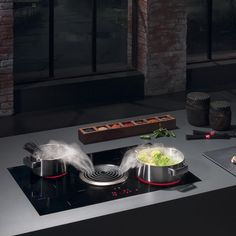 The Bora Basic system uses the principle of downward extraction and unites all the advantages of worktop extractors in a compact form. The programme consists of a powerful induction hob combined with an efficient extractor placed at the centre of the worktop consisting of two silent extractors.