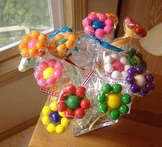 Haz estos sencillas flores de dulces o chicles perfectas para crear un centro de mesa. No usas ningún tipo de pegamento para unirlas y son m...