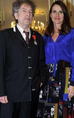 El cantante estadounidense Bob Dylan recibió este miércoles de manos de la ministra francesa de Cultura, Aurélie Filippetti, la prestigiosa Legión de Honor concedida por el país vecino en una ceremonia que se celebró a puerta cerrada a petición del artista............elpais.com