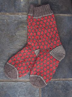 Polka dot socks: A knitting pattern you're sure to love! This sock knitting pattern is super cute!