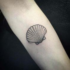 Dotwork shell antebraço tatuagem http://tatuagens247.blogspot.com/2016/08/de-tirar-o-folego-seashell-desenhos-de.html