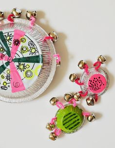 We're feeling musical this week. Another musical instrument craft: Pie pan tambourine Craft Activities For Kids, Projects For Kids, Diy For Kids, Crafts For Kids, Arts And Crafts, Diy Crafts, Recycle Crafts, Decor Crafts, Diy Projects