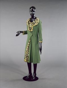 Afternoon ensemble (dress and coat | Chanel | France, 1927 | Coat: green overstitched cotton. Lining: printed silk muslin edged with scalloped silk muslin appliqués. Lining of the sleeves: green silk serge | 'Harmonise the handbag fastener with the jewel in the hat. Hats with lining. Hair in the same tones as the dresses'. Gazette du Bon Ton, 1927 | Palais Galliera, musée de la Mode de la Ville de Paris