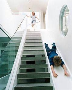 Escada divertida: combina escorregador com degraus. Desenhada por um arquiteto de Londres, Alex Michaelis, para seus filhos (que adoraram).