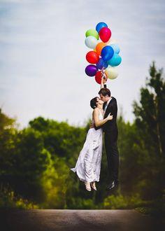 Los novios flotando con globos - Divertidas ideas de fotos originales para la Boda