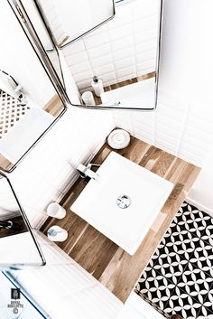 The focal point in this bathroom is the floor, with a loud pattern but the bathroom remains bright Bathroom Interior Design, Home Interior, Modern Rustic Decor, White Sink, White Tiles, Dream Bathrooms, Home Living, Bathroom Inspiration, Home Deco