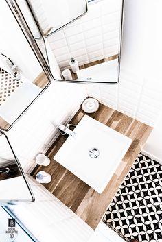 Le + : salle de bains pour le rdc, miroir Barbier
