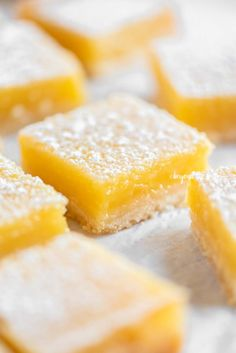 These Super Easy Lemon Bars combine a tart and tangy lemon curd filling with a buttery, shortbread crust. They make the perfect citrus-y treat! Source by beyondthebutter desserts desserts easy desserts healthy desserts recipes Lemon Dessert Recipes, Lemon Recipes, Easy Desserts, Delicious Desserts, Summer Desserts, Lemon Curd Filling, Lemon Squares, Shortbread Crust, Low Carb Cheesecake