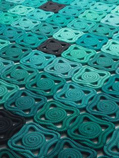 Handmade rug with geometric shapes BISANZIO by @paola_lenti
