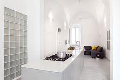 Sehr dicke Wände und drei Ventilatoren halten die Ferienwohnung auch im Hochsommer angenehm kühl. Wer frieren möchte schaltet die Klimaanlage ein.  / / / / / / / / casapolpo.com (Ferienwohnung) CASA POLPO appartamento #italien #apulien #monopoli #puglia #italia #urlaub #ferienwohnung #casapolpo #interior  #kitchen #küche