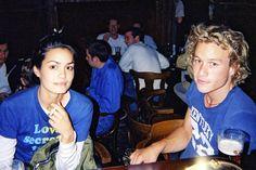 Heath Ledger. En 2000, Heath Ledger rueda una de sus películas más famosas, Destino de caballero, junto a la actriz Shannyn Sossamon. En ella el actor interpreta al hijo de un humilde campesino que sueña con convertirse en un caballero y en ella se trataban temas como el amor, el honor y la lucha por lograr lo que te propones. El éxito fue rotundo y colocó al australiano en lo más alto de su carrera.