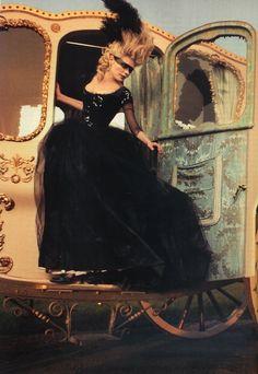 Kirsten Dunst as Marie Antoinette descending from her carriage