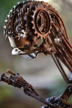 """MÓNICA MONTAL ; escultura en hierro , """"Memoria reptiliana """""""