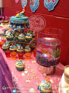 This cute arrangement was set for Ariana's 8th Birthday Party. The theme was The Little Mermaid. A mini cake with a cupcakes tower, jello shots, dessert shots, a fish tank, chocolate, candy and a treasure chest! Este hermoso arreglo se realizó para la fiesta del cumpleaños número 8 de Ariana. El motivo fue La Sirenita. Una mini cake con una torre de ponquecitos, shots de gelatina y de postres, una pecera, chocolate, dulces y un cofre del tesoro!