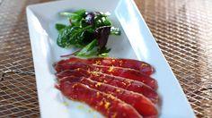 """«Cette recette s'apparente à un """"gravlax de bœuf"""". Pour trancher facilement la viande, toujours utiliser un couteau bien aiguisé et enduit d'un peu d'huile d'olive.»"""