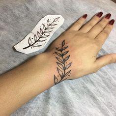 10 Minimalist Tattoo Designs For Your First Tattoo - Spat Starctic Finger Tattoos, Body Art Tattoos, New Tattoos, Small Tattoos, Simple Hand Tattoos, Tattoo Simple, Kritzelei Tattoo, Piercing Tattoo, Tattoo Fonts