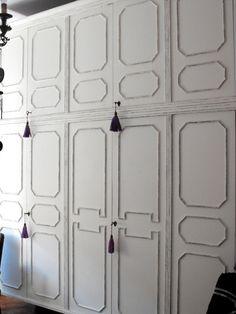 Una decoratrice ci racconta il restyling di un armadio, da tinta legno a bianco shabby.