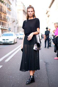 La falda plisada invade el street style y promete ser el must de la temporada. Inspírate en estos looks para verte espectacular con ella.