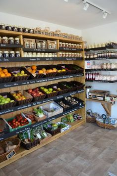 Fruit and vegetable shop images stand kitchen how to display fresh produce casa nostra miriam barrio fruit store design shop ideas banana business Shop Interior Design, Cafe Design, Store Design, Design Shop, Fruit And Veg Shop, Boutique Bio, Vegetable Shop, Food Retail, Farm Store