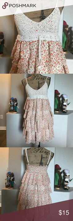 Floral print dress This floral print dress is in great condition. It has adjustable straps and a stretchy back. Dresses