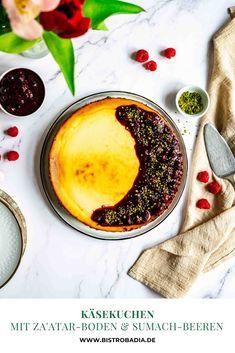 Ein herrlich cremiger Käsekuchen mit einem aromatischen Za'atar-Keksboden und herrlich fruchtigem Topping aus Beeren mit Sumach. Unfassbar lecker und super easy gemacht. #Käsekuchen #cheesecake #backen #backenistliebe #backrezept