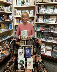 """Unsere Chefin zeigt ihre aktuellen #Lieblingsbücher. Zur Zeit empfiehlt sie den Debütroman """"Suleika öffnet die Augen"""" von Jachina Gusel. Als Inspiration für den Roman von Jachina Gusel dient ihre eigene Großmutter die zur Zeit Stalins nach Sibirien verbannt wurde. Ihr Mann wurde umgebracht und Suleika per Zug ins Arbeitslager verschleppt. Dort lernt sie zu überleben und den Mörder ihres Mannes zu begehren.  Das Buch und alle anderen Lieblingsbücher der Chefin gibt es bei uns im Laden oder…"""