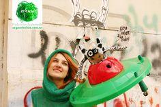 """Vaquita Activista en Nave """"Quiero Volver a La Pradera""""  + Pampa - Vestido tejido  2º Ciclo Producción Sustentable #DiseñoSustentable #Ecodiseño #Ecojuguetes"""