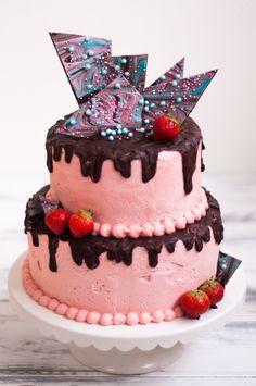 Verjaardagstaart met verse aardbeien en chocolade