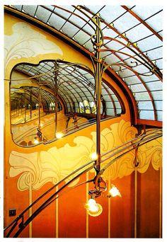 Interieur van woonhuis in Brussel, door de Belgische architect Victor Horta. Veel glas en ijzer, organische, a-symmetrische vormen.