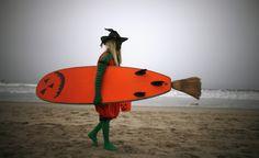"""Lorenzo Maggiore, 52 anni, gareggia vestito da """"Evil Pumpkin"""".  Surfing Usa.   Immagini dei partecipanti al ZJ Boarding House Halloween Surf Contest a Santa Monica, in California. (Reuters/Lucy Nicholson)"""