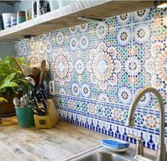 If you like the look of warm, welcoming old-world homes, Spanish kitchen style might be the right style for you. We've already explored some of the best Spanish kitchen designs. Get ready to be stunned! Spanish Tile Kitchen, Kitchen Wall Tiles, Moroccan Kitchen Tiles, Kitchen Backsplash, Moroccan Wall Tiles, Moroccan Tile Backsplash, Backsplash Design, Turkish Tiles, Tile Design