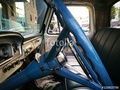 Blaues Lenkrad mit verchromtem Hupkranz eines amerikanischen Ford FT 100 Pick-up der Sechziger Jahre am Hafen von Münster in Westfalen im Münsterland