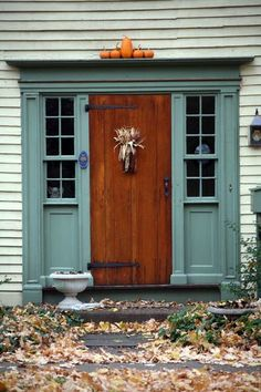 I LOVE stained wood doors with massive hardware. The photo makes my heart squeeze. Old Doors, Entry Doors, Windows And Doors, Front Doors, Porch Doors, Bungalows, Feng Shui, Primitive Homes, Primitive Bedroom