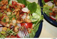 Kuřecí prsa nakrájíme na nudličky, osolíme, posypeme grilovacím kořením, zakapeme olejem a necháme odležet. Zeleninu nakrájíme na plátky,... Cobb Salad, Low Carb, Chicken, Kitchen, Food, Diet, Cooking, Kitchens, Essen