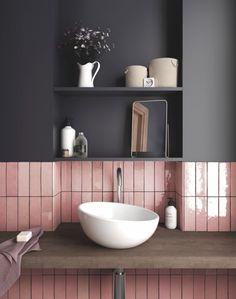 Eine moderne und schmeichelnde Kombination: Rosa und Grau. Toll: die matte dunkle Wand zu den glänzenden Fliesen.