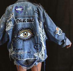 blaue Jeansshorts, blaue Jeansjacke und Bild einer beunruhigten Jacke blue denim shorts, blue denim jacket and image of a distressed jacket – – Painted Denim Jacket, Painted Jeans, Painted Clothes, Distressed Denim Jackets, Diy Clothes Paint, Distressed Clothes, Denim Paint, Painted Shorts, Hand Painted