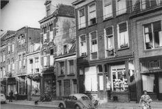 1955 Bloemerstraat no. 28 Het pand van Tom's verfhandel ( kleine dikke man met alpinopet), boven op 28a heeft Petrus met zijn gezin na de oorlog gewoond, links daarvan Motormobielen van Scheffer.