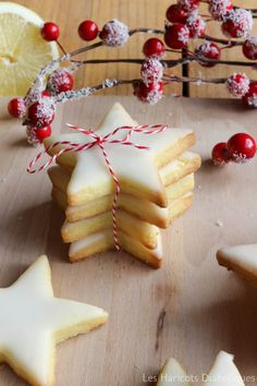Orange shortbread (recipe in French) Glaze recipe: powdered sugar, one egg white, juice of half an orange Shortbread Recipes, Cookie Recipes, Dessert Recipes, Desserts With Biscuits, Xmas Cookies, Glaze Recipe, Biscuit Cookies, Christmas Cooking, Foodies