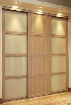 Oak shaker frame with oak shaker panels, light beige glass and oak shaker horizontal split bars.